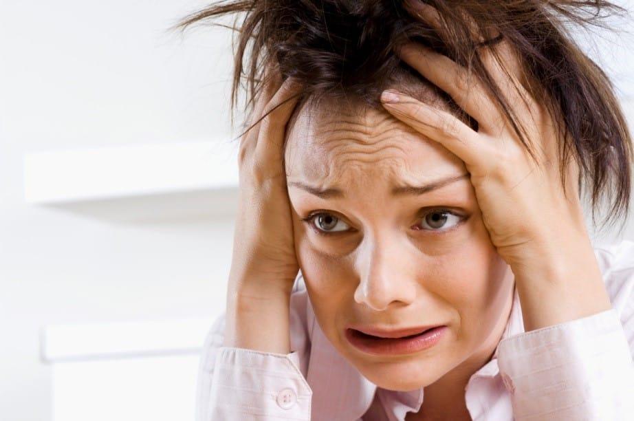 На фото – приступ паники у молодой женщины