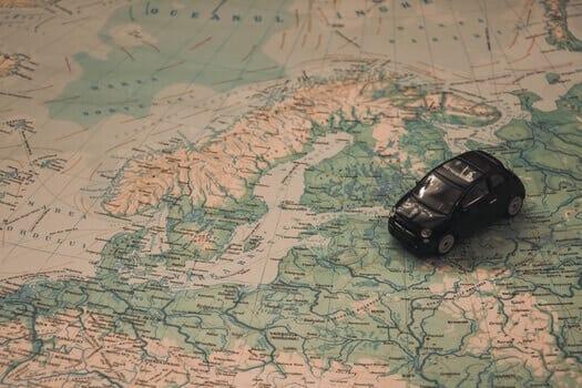 На фото – маленькая машинка на карте